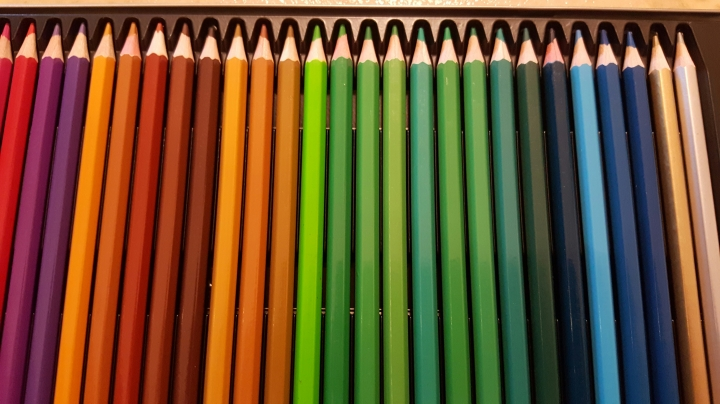 colored pencils with tin 11